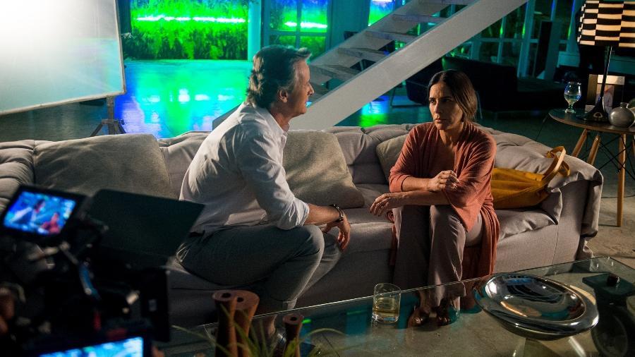 """Marcello Novaes e Gloria Pires em gravação de """"O Outro Lado do Paraíso"""" no apartamento de Renan - Raquel Cunha/TV Globo"""