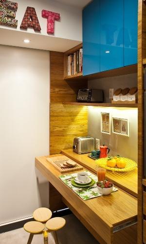 8 m². Marcenaria planejada nunca pode faltar numa cozinha compacta. Um exemplo são as bancadas retráteis que se abrem na hora das refeições e são recolhidas quando estão fora de uso. Projeto da PKB Arquitetura.