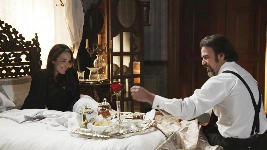 Julieta (Gabriela Duarte) ganhou café na cama após noite de amor com Aurélio (Marcelo Faria) - Divulgação/Globo
