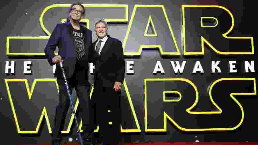 """Peter Mayhew e Harrison Ford na pré-estreia de """"Star Wars: O Despertar da Força"""", em 2015, o último filme da franquia que fizeram juntos - Mike Marsland/WireImage"""