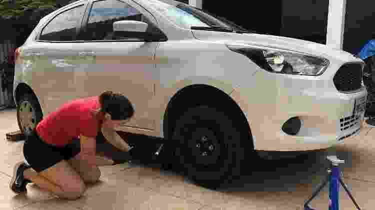 Aluna de um curso de mecânica, Paula faz a própria manutenção de seus carros - Paula Mascari/acervo pessoal