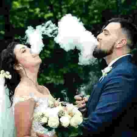 Noivo e noiva usando cigarro eletrônico - Reprodução/Twitter