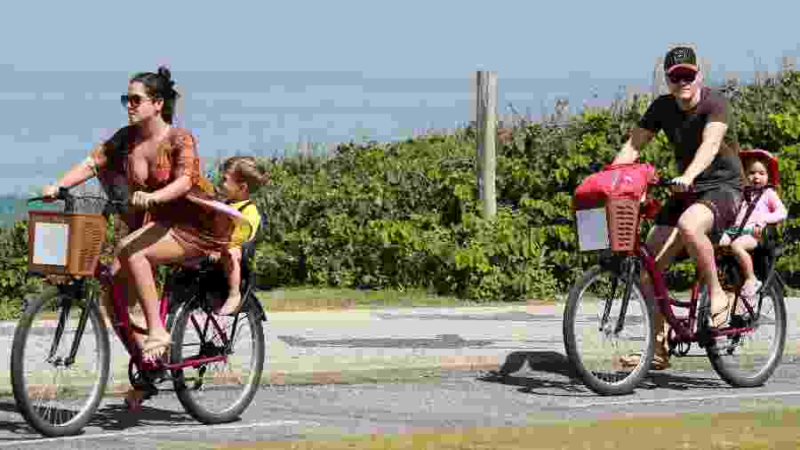 Michel Teló e Thais Fersoza passeiam com os filhos na Barra da Tijuca  - DILSON SILVA/AGNEWS
