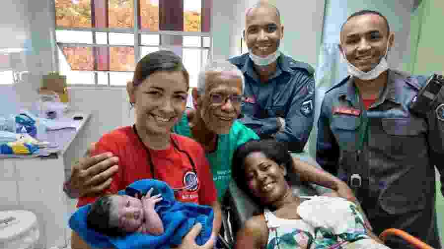 A Sargento Nardely (à frente) segura a bebê Lorena, ao lado dos colegas de guarnição, da mãe Lucimar e de médico do hospital São Judas Tadeu - Divulgação