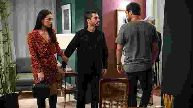Vivi (Paolla Oliveira) observa Camilo (Lee Taylor) e Chiclete (Sergio Guizé) se enfrentando  - Estevam Avellar/Globo