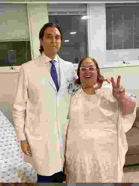 A apresentadora Mamma Bruschetta posou ao lado do médico no Hospital São Luiz Itaim, onde passou por cirurgia para retirada do estômago - Reprodução/Instagram