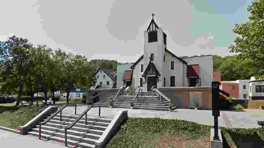 O reverendo Richard Bucci atua na Igreja do Sagrado Coração, no estado de Rhode Island - Reprodução/NBC News