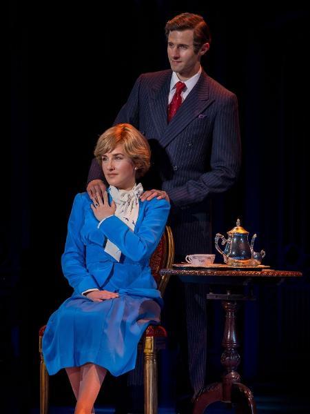 """Jeanna de Waal como Diana e Roe Hartrampf como Charles em foto promocional de """"Diana: The Musical"""" - Reprodução"""