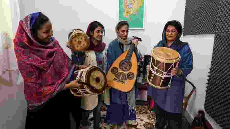 """""""Em circunstâncias normais, não podemos cantar na frente dos homens"""", diz a percussionista Faezeh Mohseni (à dir.) - Atta Kenare/AFP"""