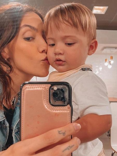Gabi Brandt tira foto no espelho com seu filho Davi - Reprodução/Instagram @gabibrandt