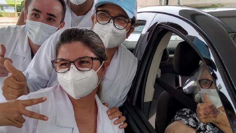 Ana Maria de Melo Silva, mãe do padre Fábio de Melo, é vacinada contra a covid-19 - Reprodução/Instagram