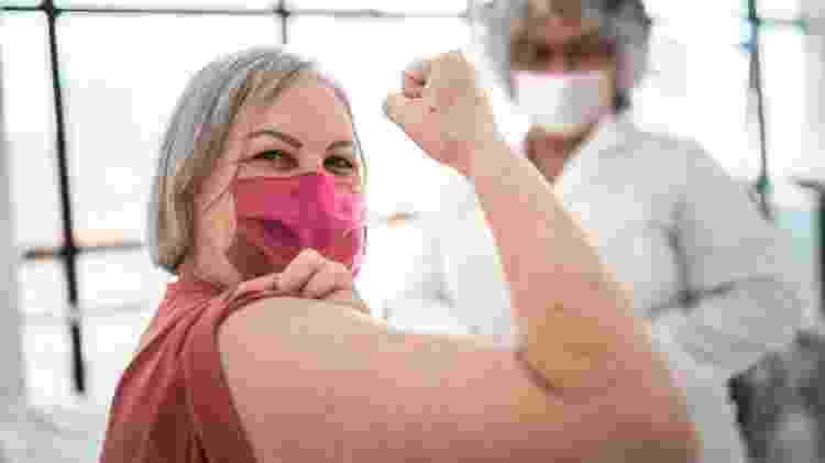 mulher feliz vacinada, vacina, vacinação,  - iStock - iStock