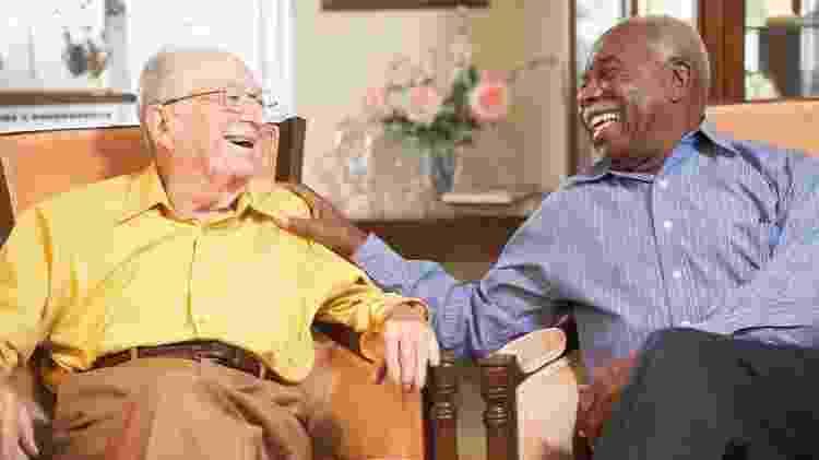 Idosos sorrindo, velhos, conversa, bate-papo, envelhecer, longevidade, envelhecimento - iStock - iStock