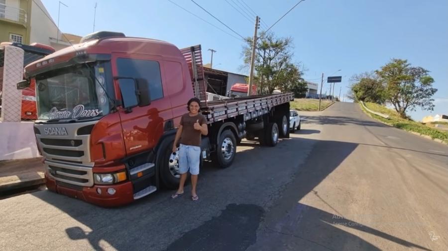 """Cabelo Batateiro modificou a suspensão do seu caminhão de forma irregular e diz já ter recebido várias multas: """"pago e sigo a vida"""" - Reprodução/Youtube"""