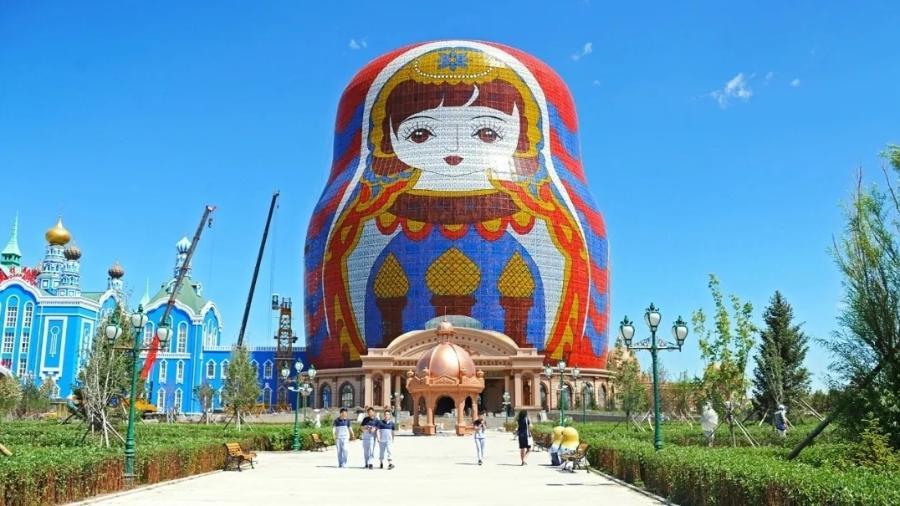 """O hotel Matryoshka, em Manzhouli, na região da Mongólia, está atualmente em quinto lugar na competição e foi inspirado no Caesar""""s Palace, em Las Vegas (EUA) - Reprodução/Archcy"""