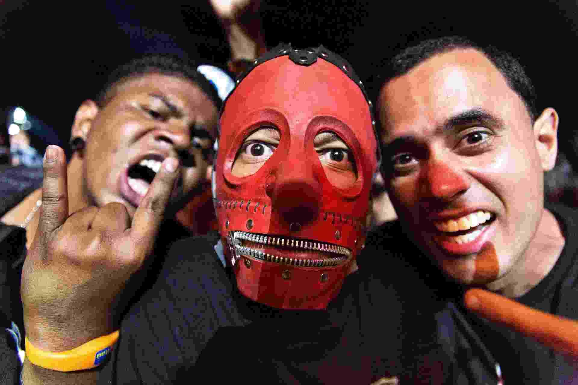 25.set.2015 - Fã com máscara do Slipknot assiste a show do De la Tierra no quinto dia do Rock in Rio 2015 - Paulo Campos/Agência Estado