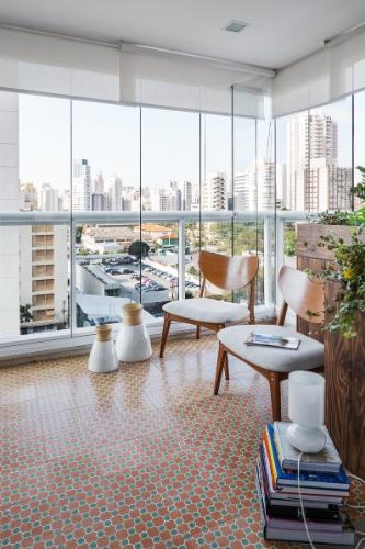 Da gostosa varanda (anexa à cozinha) é possível apreciar a vista da zona sul de São Paulo. O espaço foi pavimentado com ladrilhos hidráulicos, da Ornatos, e o mobiliário é assinado por Fernando Jaeger. O apê Affinity foi reformado pela arquiteta Marcela Madureira