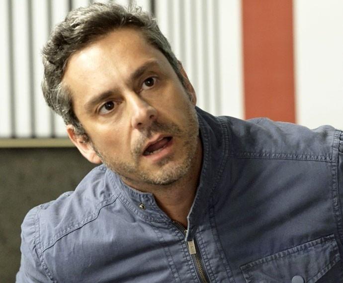 Romero (Alexandre Nero) fica chocado ao ouvir a proposta de sexo em troca de dinheiro feita por Atena (Giovanna Antonelli)