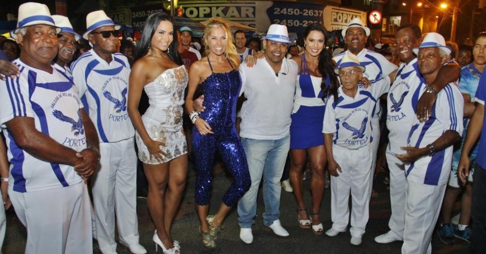 3.jan.2016 - Musas da Portela, Shayene Cesário, Adriane Galisteu e Gracyanne Barbosa posam com integrantes e presidente da escola, Marcos Falcon (ao centro)