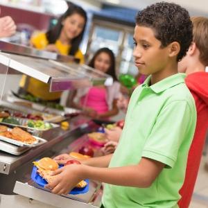 Lei exigiu que alunos selecionassem pelo menos uma porção de frutas e vegetais - Getty Images