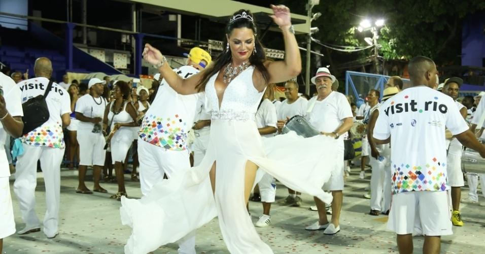 31.jan.2016 - Luiza Brunet, eterna musa do Carnaval carioca, brilhou na noite em que a Beija-Flor de Nilópolis fez eu ensaio técnico na Marquês de Sapucaí. A empresária, que é ex-rainha de bateria da Imperatriz Leopoldinense, dançou à frente dos ritmistas na cerimônia de lavagem do sambódromo