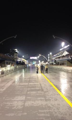 5.jan.2015 - A menos de meia hora do primeiro desfile, acaba a luz no Anhembi. O Sambódromo só funciona com as luzes de emergência