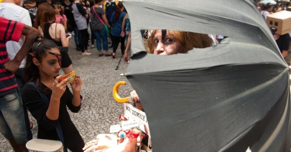 7.fev.2016 - Marcia Regina Speltz (56), vestida de mac zumbie food, curte a 9ª Zombie Walk de Curitiba