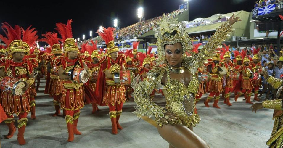 7.fev.2016 - Com uma roupa toda dourada e lente de contato colorida, Luana Bandeira comanda a bateria da Estácio da Sá