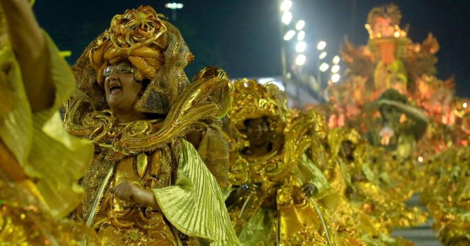 8.fev.2016 - Lembrando a opulência do período barroco em Minas Gerais, época e local do nascimento do Marquês de Sapucaí, a Beija-Flor apostou no dourado.