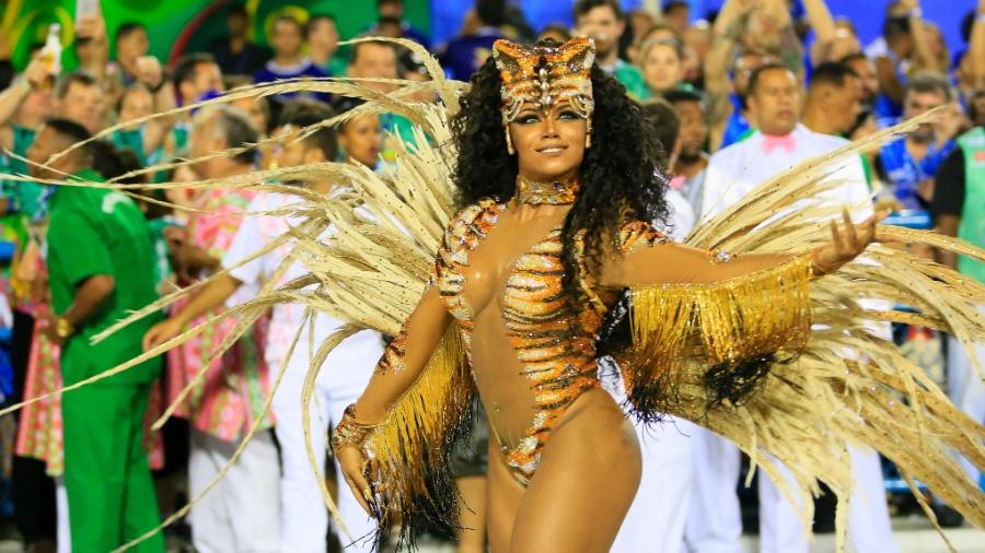 Evelyn Bastos, a rainha de bateria da Mangueira, no Carnaval de 2016 - Douglas Shineidr/UOL