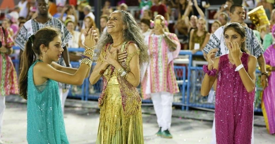13.fev.2016 - Enredo da campeã Mangueira, Maria Bethânia sorri, emocionada, durante desfile