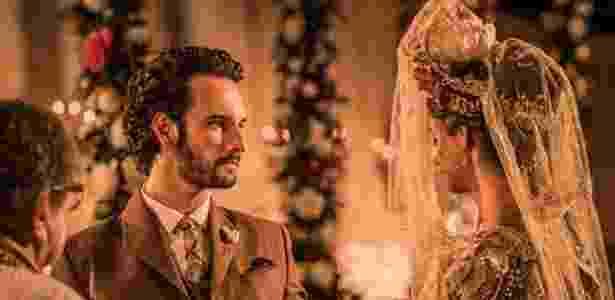 """Afrânio (Rodrigo Santoro) e Leonor (Marina Nery) se casam em cerimônia religiosa celebrada por padre Romão (Umberto Magnani) em """"Velho Chico"""" - Reprodução/""""Velho Chico""""/GShow"""
