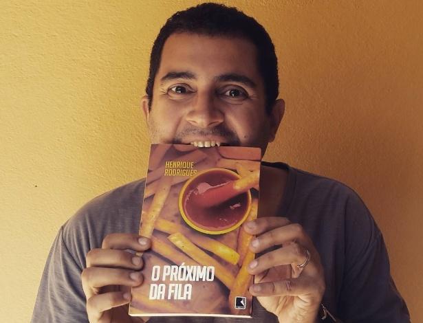 """O escritor Henrique Rodrigues com seu livro """"O Próximo da Fila"""" - Divulgação"""