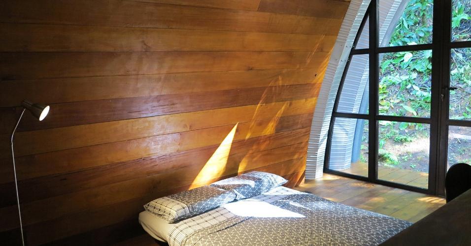 Cama baixa, escrivaninha e luminária resumem a ambientação dos quartos da Casa Arca, projetada pelo arquiteto Marko Brajovic. Para garantir a privacidade dos usuários, parte das paredes é de madeira, e para que a luz natural entre, um dos fechamentos é feito em vidro