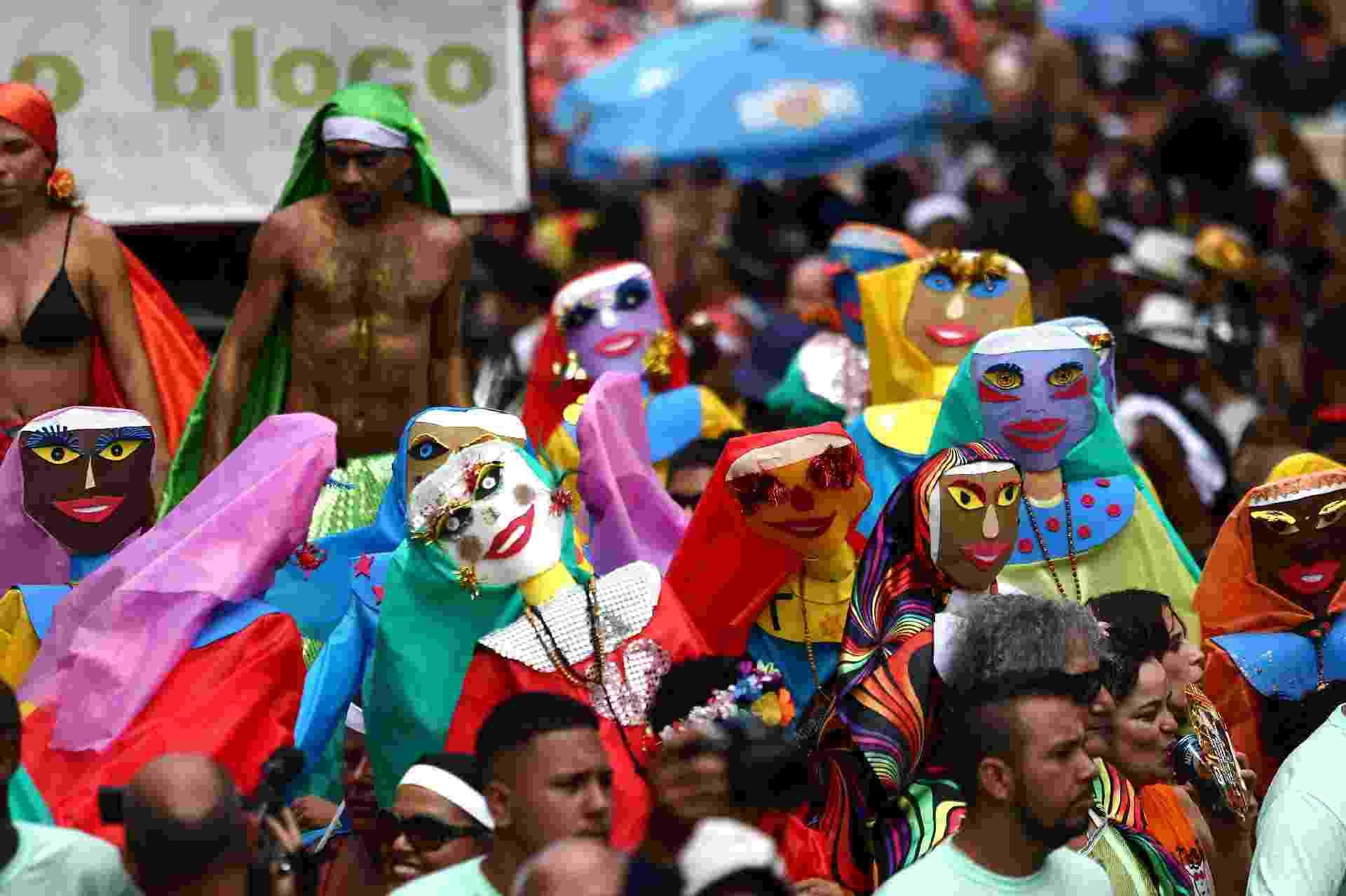 24.fev.2017 - Foliões na concentração do Bloco das Carmelitas em Santa Teresa, na região central do Rio de Janeiro - Fábio Motta/Estadão Conteúdo