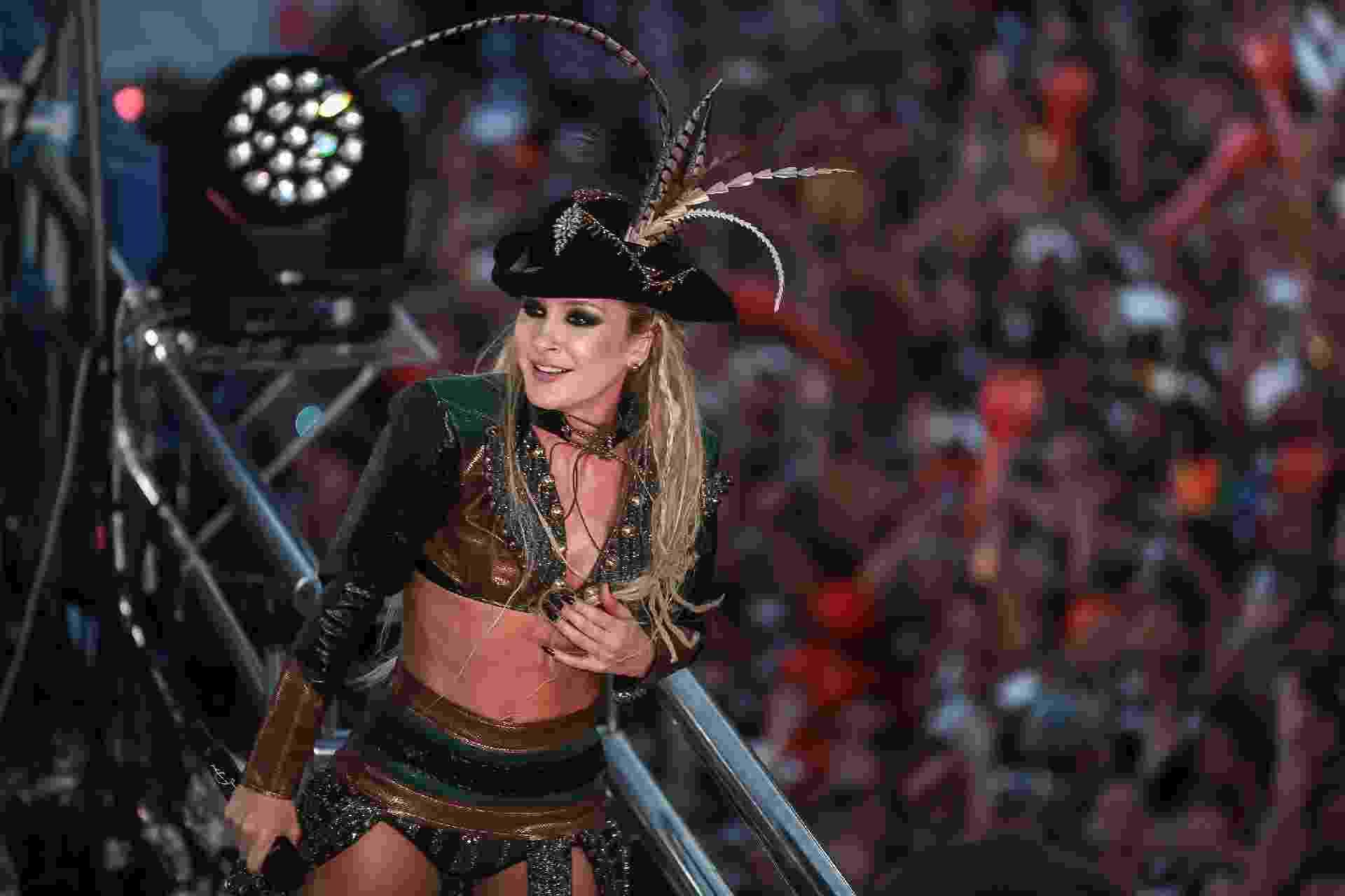 """""""Oi, piratas. Vocês estão prontos? Joguem toda a energia neste último dia de Carnaval. Vamos desbravar comigo os sete mares"""", disse Claudia Leitte para o público em Salvador - Raphael Castello/AgNews"""