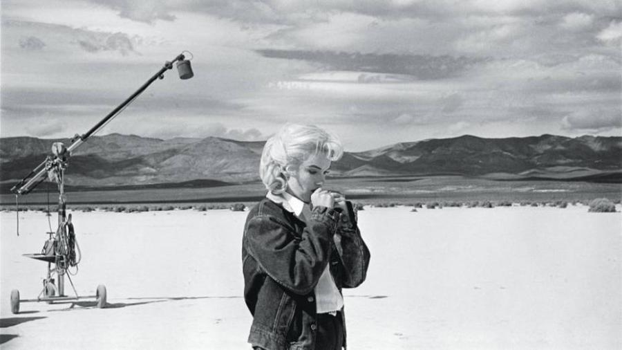 "Foto de Marilyn Monroe no deserto de Nevada, noo set do filme ""Os Desajustados"" (1960) - Eve Arnold/Magnum Photos"