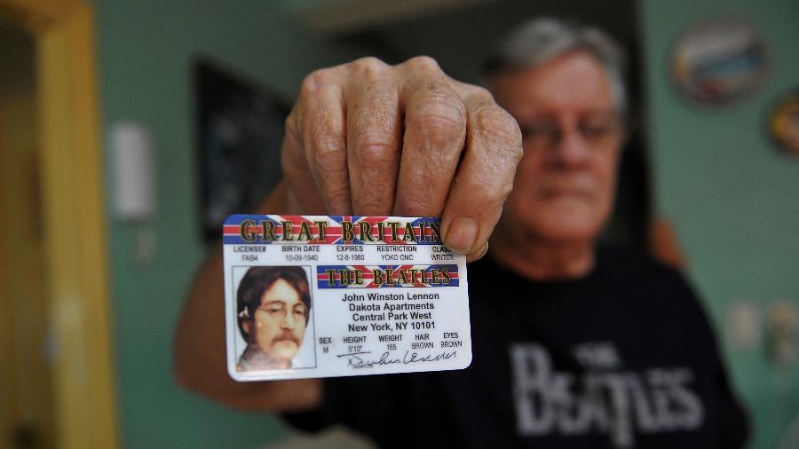 Fã cubano mostra a carteira de motorista de John Lennon em sua casa em Havana - Yamil Lage/AFP