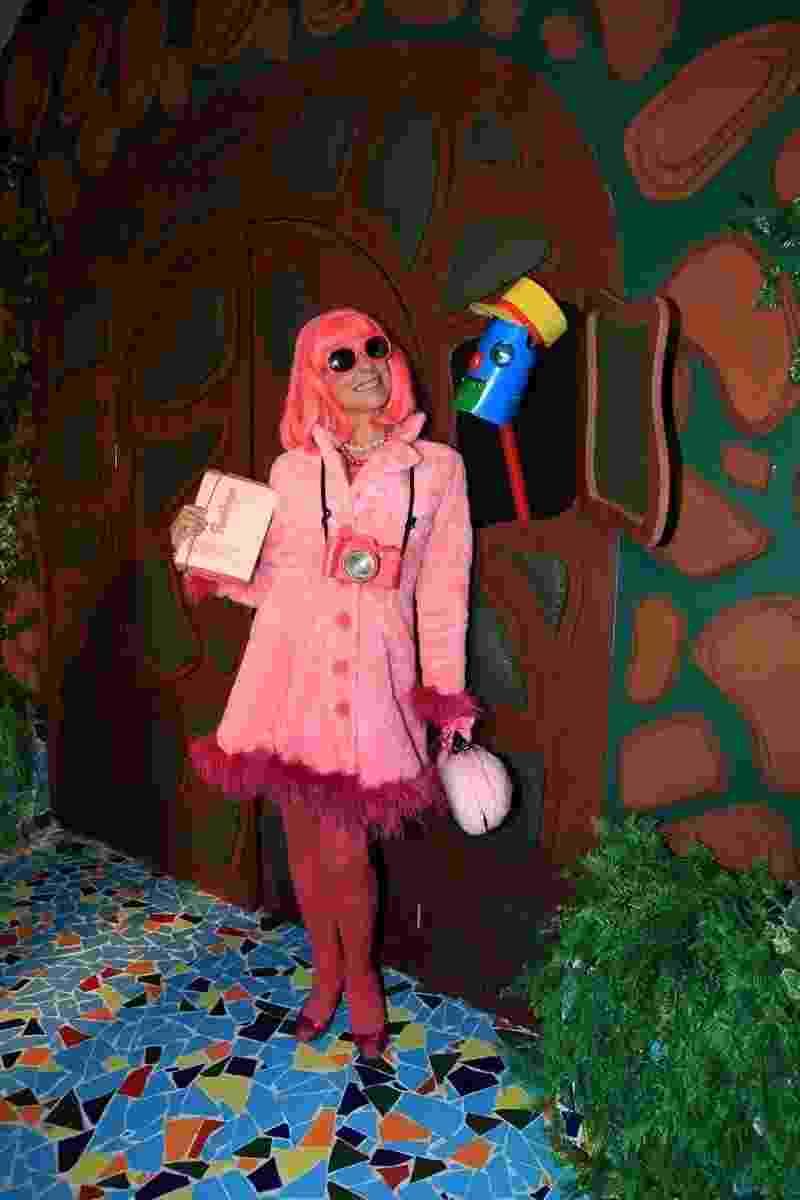 "Angela Dip se veste de Penélope, a famosa jornalista da peruca cor de rosa do programa ""Castelo Rá-Tim-Bum"" - Marcos Ribas/Brazil News"