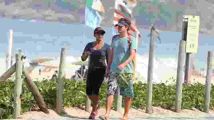 Felipe Dylon e Aparecida Petrowky caminham na orla da praia - AgNews - AgNews