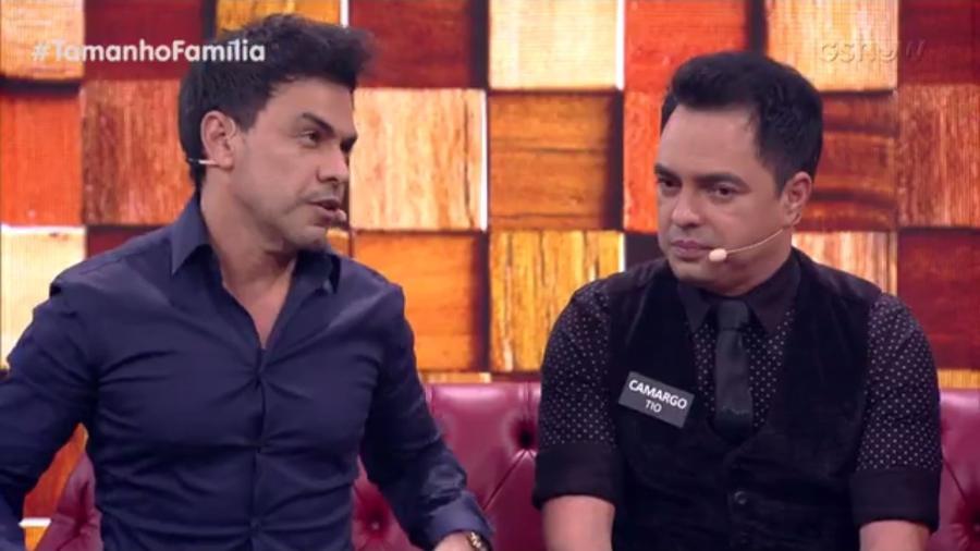 """Zezé Di Camargo com o irmão, Camargo, no """"Tamanho Família"""" - Reprodução/Globo"""