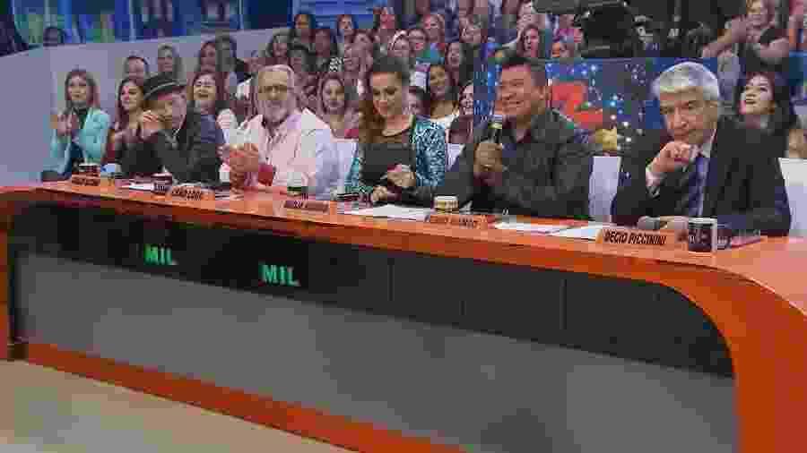 """Arnaldo Saccomani, Leão Lobo, Nadja Haddad, Pedro Manso e Décio Piccinini no júri do quadro """"Dez ou Mil"""", do """"Programa do Ratinho"""" - Divulgação/SBT"""