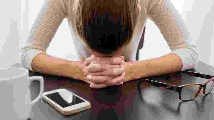 Ganhar peso ou ficar doente constantemente podem ser sinais de que você está trabalhando demais - Getty Images