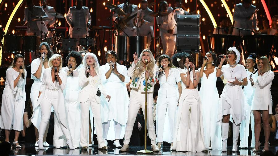 Kesha se apresenta rodeada por diversas cantoras (Bebe Rexha, Cyndi Lauper, Camila Cabello, Andra Day) no palco do Grammy 2018 - Getty Images