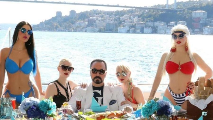 Ao centro, Adnan Oktar, celebridade na TV turca - Getty Images