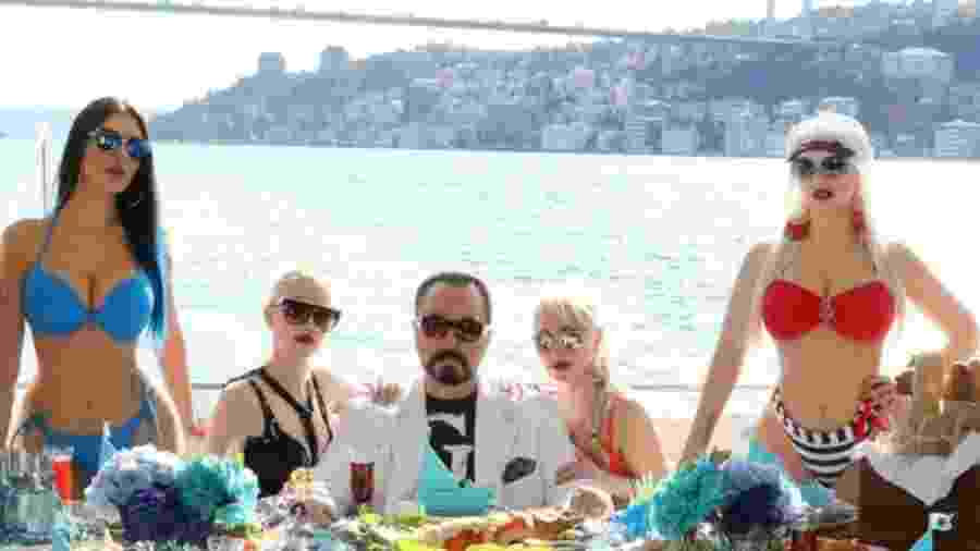 Ao centro, Adnan Oktar, celebridade na TV turca - Getty Images