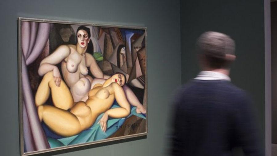 """A obra """"Les Deux Amies"""", de Tamara de Lempicka, está em """"Casais Modernos"""" no Barbican, em Londres; exposição mostra como artistas do século 20 misturavam trabalho, amor e sexo - JOHN PHILLIPS/GETTY IMAGES"""