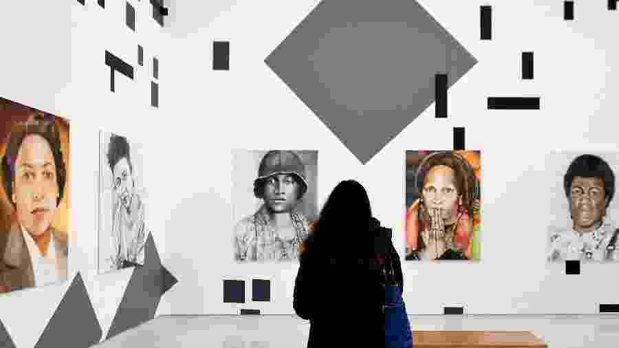 "Visitante observa a obra ""The New Utopia Begins Here"", da artista holandesa Iris Kensmil - Tiziana Fabi/AFP"