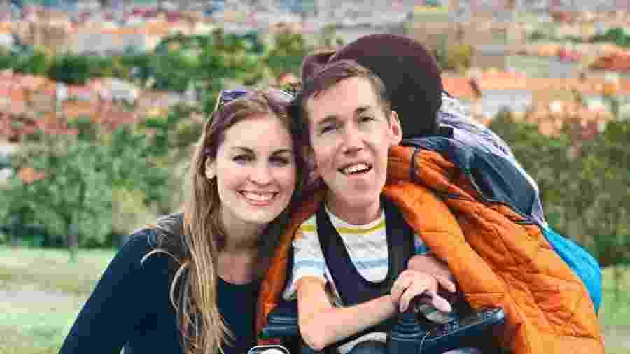 Shane Burcaw, de 27 anos, e Hannah Aylward, de 23, gostam de jantar fora, passear ao ar livre e viajar - Arquivo pessoal/BBC