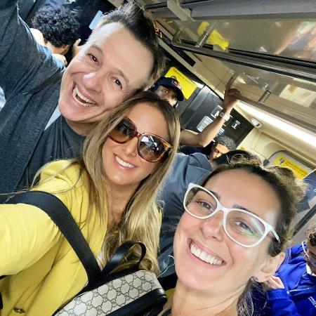 O jornalista Celso Zucatelli, a maquiadora Giovanna Botelho e Ticiane Pinheiro no metrô de SP - REPRODUÇÃO/INSTAGRAM